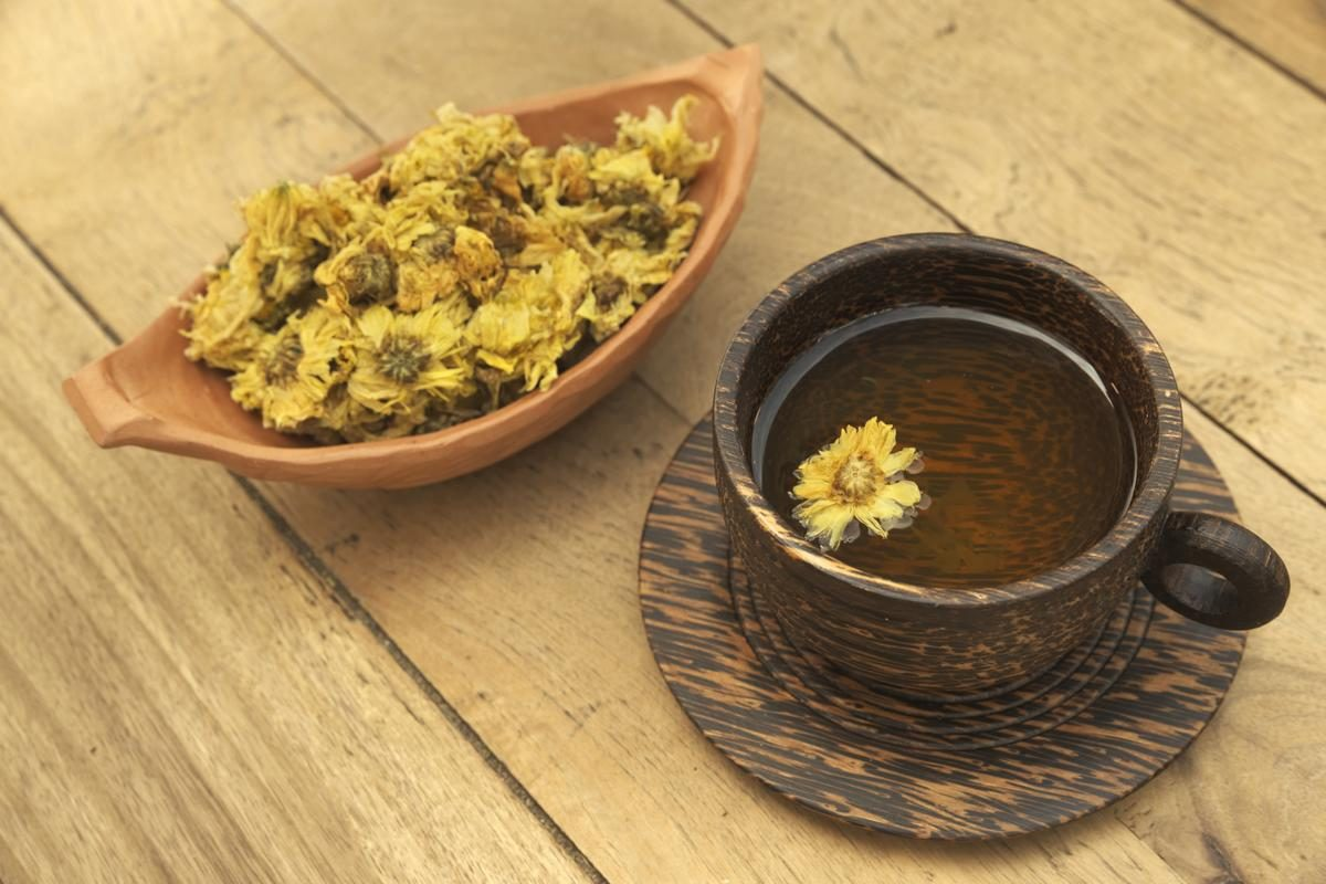 Drinking chrysanthemum tea can help reduce the heat in the body - Chinese food therapy.