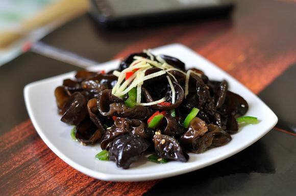 Black fungus is neutral according to Chinese food therapy and can provide many benefits for the body.