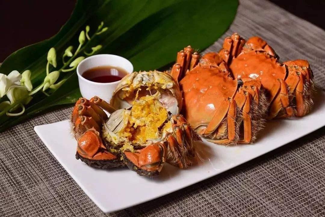 """大闸蟹, Shanghai hairy crab. A Shanghainese specialty. It is in season from October to November. The """"hairy"""" part of the crab is the hairy claws."""